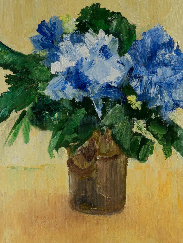 392 - Blauwe bloemen in een bruine vaas